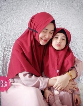 Hijab Couple Mom and Kids in Red